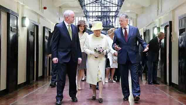 کفش های ملکه بریتانیا 50 ساله شدند