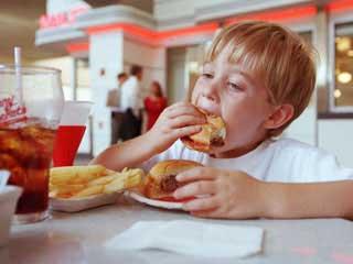 فست فود و ساندویچ عامل مضر برای کبد کودک