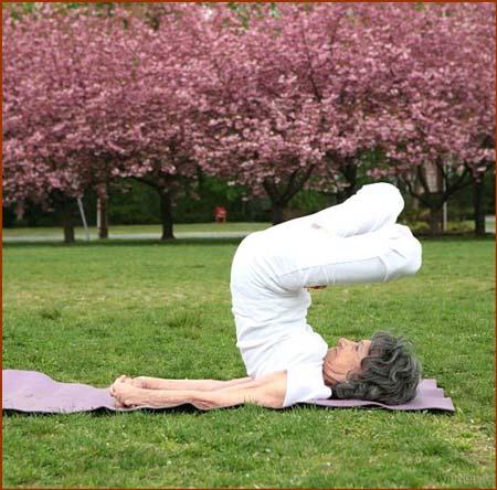 پیرزن سرحال 92 ساله یوگا کار حرفه ای است (تصاویر)