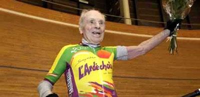 این پیرمرد رکورد پرسرعت ترین دوچرخه سوار را از آن خود کرد