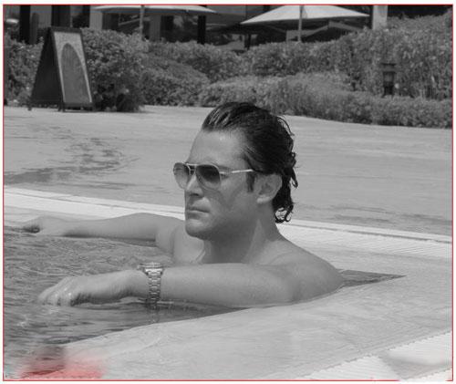 محمدرضا گلزار در حال شنا کردن در استخر + عکس