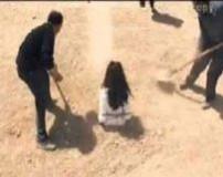 سنگسار زن جوان به علت داشتن گوشی موبایل (تصاویر 18+)