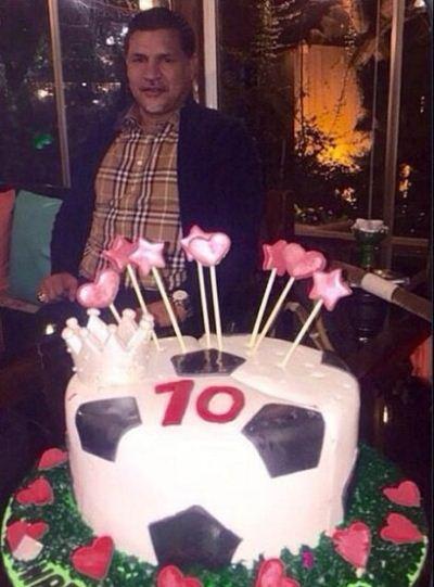 سورپرایز علی دایی با کیک تولد 45 سالگی