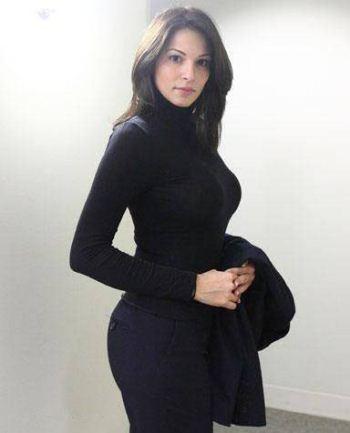 کارمند زنی که به دلیل اندام فوق العاده زیبا از بانک اخراج شد