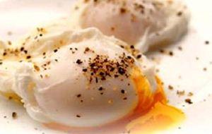 """آموزش درست کردن """"تخممرغ بندیکت"""" برای صبحانه"""