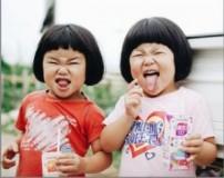عکس های دیدنی از حال کردن دختران دوقلو