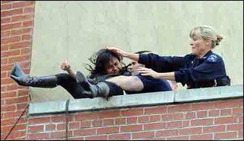 عکس های دیدنی پرت شدن دختر نوجوان از بالای ساختمان