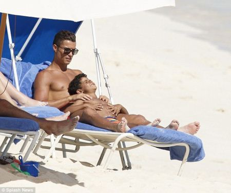 آب تنی رونالدو و پسرش در جزیره باهاماس (عکس)