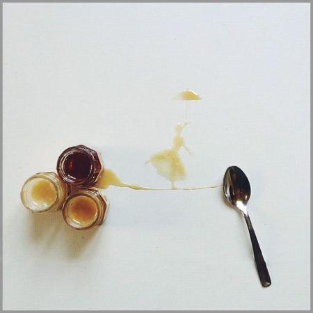 نقاشی های زیبا با ریختن چای و قهوه روی کاغذ