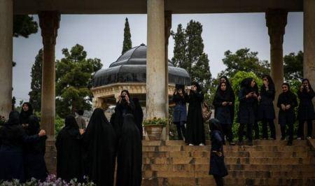 گردش و تفریح در مقبره حافظ شهر شیراز