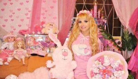 دختر 28 ساله با شکل و شمایل عروسک (عکس)