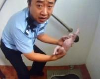مادر چینی جنین 9 ماهه را در چاه توالت عمومی انداخت