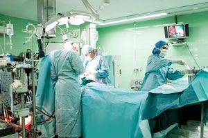 چرا رنگ لباس پزشکان در اتاق عمل سبز است؟