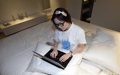 شغل این زن کارمند، خوابیدن و استراحت در هتل ها است