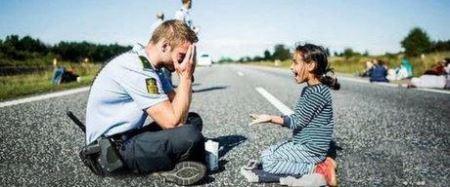 درخواست ازدواج هزاران دختر به مهربان ترین پلیس دنیا