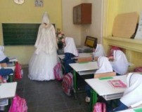 حضور خانم معلم با لباس عروس بر سر کلاس
