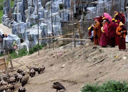 قبیله ای که جسد مردگان را به لاشخورها می دهند (عکس 18+)