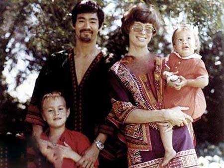 عکس دیده نشده بروسلی در کنار همسر و فرزندانش