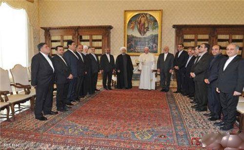 تابلوی عکس زنان برهنه در دیدار حسن روحانی و پاپ