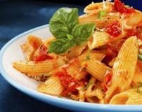 طرز تهیه ماکارونی با پنیر چدار و سس گوجه فرنگی