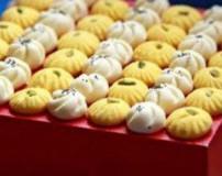 طرز تهیه شیرینی آردی ریز با دو رنگ زرد و سفید