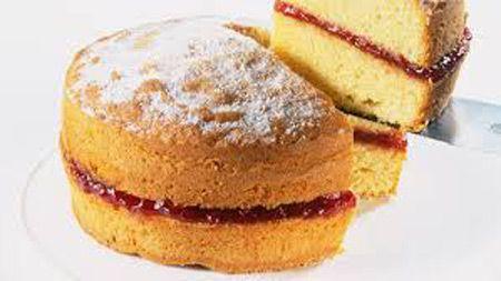 طرز تهیه کیک اسفنجی ساده با تزیین خامه و توت فرنگی