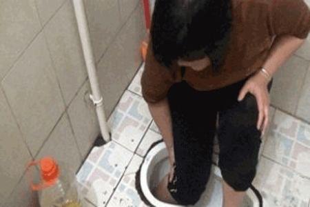 پای راست زن جوان در کاسه توالت گیر کرد (عکس)