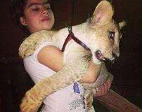 عشق بازی دختر 14 ساله با حیوانات وحشی جنگل + تصاویر