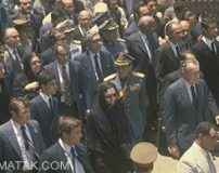 تیپ فشن فرح دیبا در روز تشییع جنازه محمدرضا پهلوی (عکس)