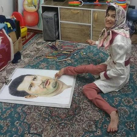 دختری با 85 درصد معلولیت چهره علی دایی را با پا نقاشی کرد + تصاویر