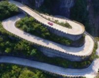 مسابقه ماشین های سرعتی در پر پیچ و خم ترین جاده جهان