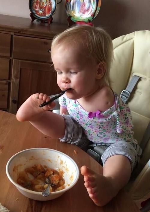 دختر یک ساله بدون دست که با پاهایش غذا می خورد + تصاویر