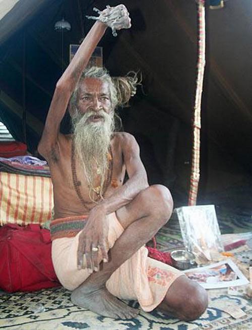مردی که 50 سال دست راست خود را بالا نگه داشته است + تصاویر
