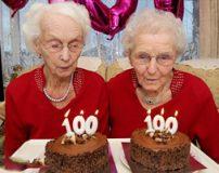 تصاویر زیبا از دو خواهر دوقلو که 100 ساله شدند