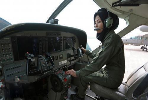 دختر افغانی آواره توانست بهترین خلبان زن شود + تصاویر