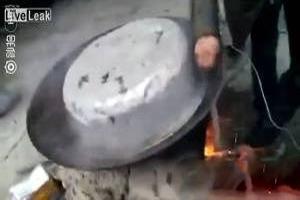 تصاویر هولناک آب پز کردن یک سگ زنده در دیگ آبجوش