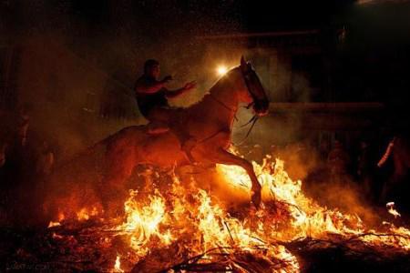 الت اسب دختری که با اسب از روی شعله های آتش می پرد + تصاویر