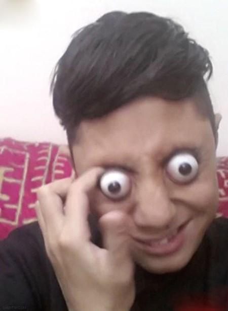پسر دیوانه ای که چشمانش را از حدقه بیرون می آورد