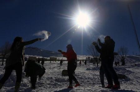 رقص و شادی دختران بی حجاب عراقی در برف + تصاویر