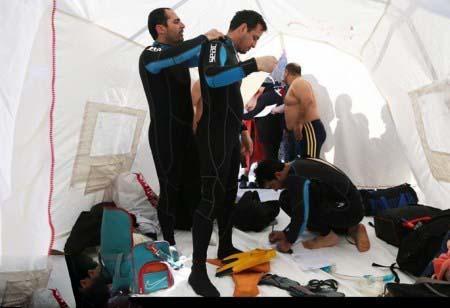 عکس شناگران مرد ایرانی در آب یخ اردبیل