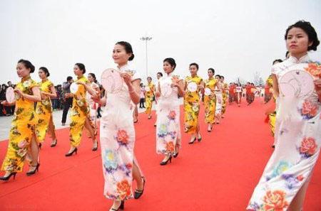 روز زن با اجرای گروهی از زنان زیبا در چین + تصاویر