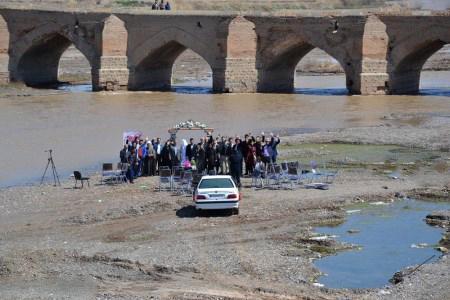 مراسم شب زفاف زوج میانه ای در کنار پل تاریخی میانه