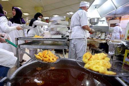 مراحل پخت زولبیا و بامیه در کارگاه های شیرینی سازی (عکس)