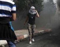 تصاویری از جنگ دختران فلسطینی با سربازان اسرائیل