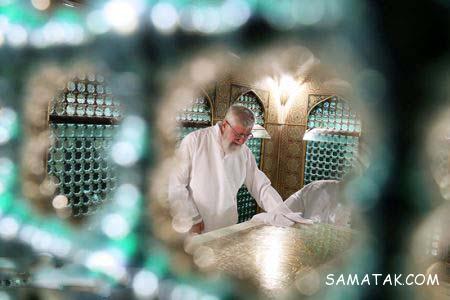 غبارروبی حرم امام رضا توسط رهبر (عکس)