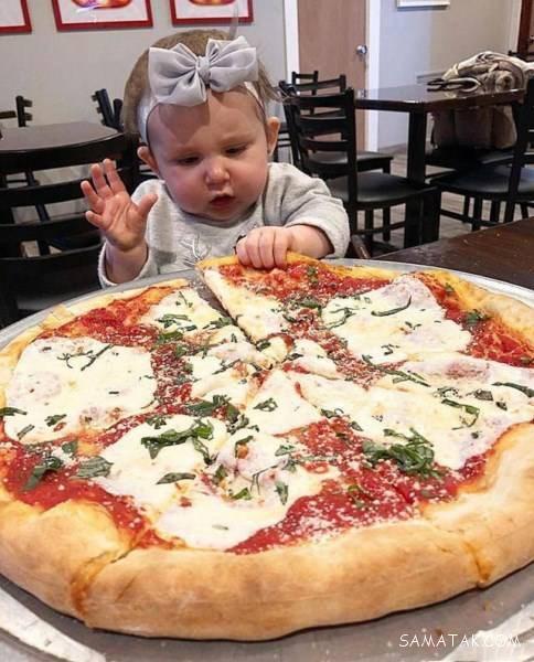 دختر بچه پر خور که به اندازه بزرگسالان غذا می خورد