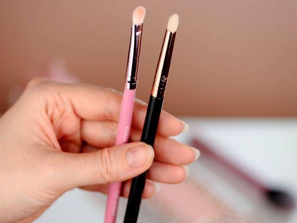برای استفاده از سایه های کرمی، بایستی از براش آرایشی ابرو استفاده کنید.